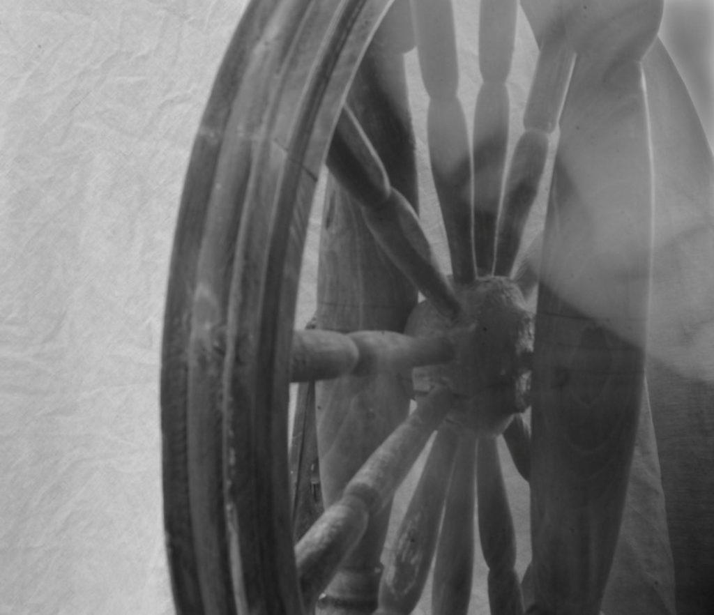 Работа «Колесо времени» ученица Марина Ланская, курс «Базовый, основы фотографии».
